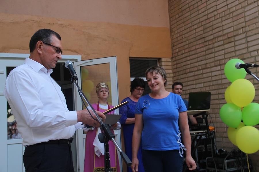 Владимир Оводков награждает жителей села