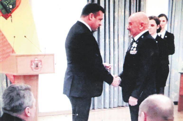 Здесь губернатор Николай Любимов (слева) вручает награду прапорщику Игорю Барханскову